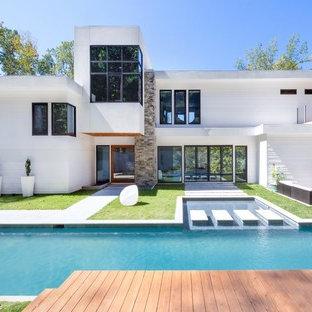 Esempio di una piscina minimalista rettangolare dietro casa con pedane