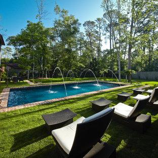 Diseño de piscina con fuente clásica, rectangular, en patio trasero, con adoquines de ladrillo