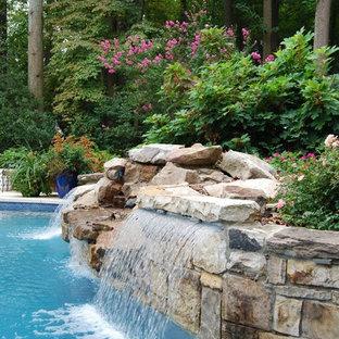 Mittelgroßer Klassischer Schwimmteich hinter dem Haus in individueller Form mit Wasserspiel und Natursteinplatten in Washington, D.C.