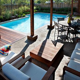 Esempio di una piscina chic personalizzata di medie dimensioni con pedane