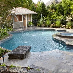 Imagen de piscina con fuente clásica, de tamaño medio, a medida, en patio trasero, con adoquines de piedra natural