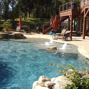 Ejemplo de piscinas y jacuzzis mediterráneos, grandes, a medida, en patio trasero, con adoquines de ladrillo