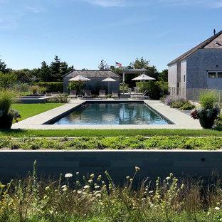 Свежая идея для дизайна: прямоугольный бассейн на заднем дворе в морском стиле с домиком у бассейна - отличное фото интерьера