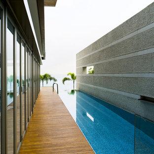 Foto de piscina con fuente infinita, contemporánea, rectangular, en patio, con entablado