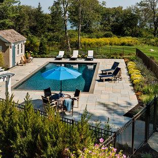 Diseño de casa de la piscina y piscina alargada, marinera, de tamaño medio, rectangular, en patio trasero, con adoquines de piedra natural