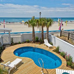 Imagen de piscina costera, pequeña, tipo riñón, en patio trasero, con entablado