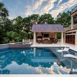 Ispirazione per una piscina costiera rettangolare dietro casa con una vasca idromassaggio