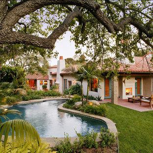 Idées déco pour une piscine sud-ouest américain avec des pavés en brique.