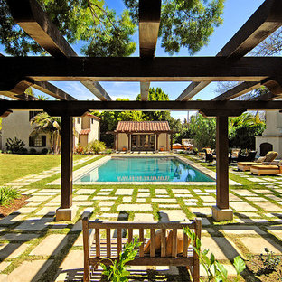 Mediterraner Pool in rechteckiger Form in Los Angeles