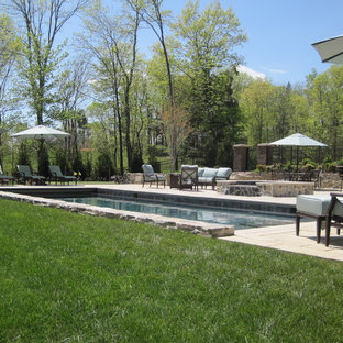 Foto de piscinas y jacuzzis rurales, de tamaño medio, rectangulares, en patio trasero, con adoquines de hormigón