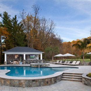 Imagen de casa de la piscina y piscina tradicional renovada, a medida, en patio trasero