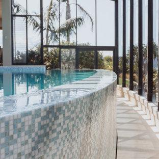 Foto de piscina infinita, contemporánea, grande, interior y a medida, con privacidad y suelo de baldosas