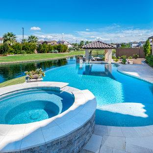 Foto de piscinas y jacuzzis infinitos, contemporáneos, de tamaño medio, tipo riñón, en patio trasero, con suelo de baldosas