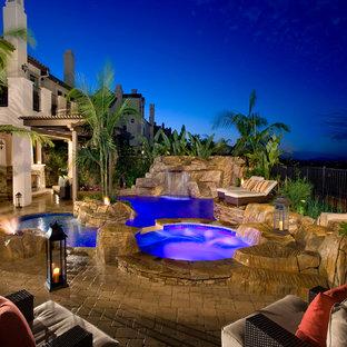 Diseño de piscina con fuente natural, mediterránea, a medida, en patio trasero