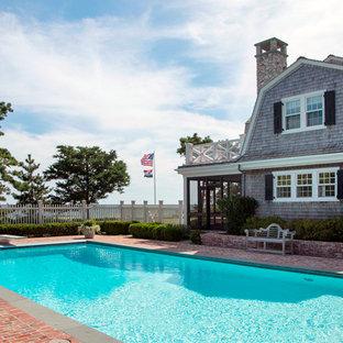 Immagine di una piscina stile marino rettangolare di medie dimensioni e nel cortile laterale con pavimentazioni in mattoni