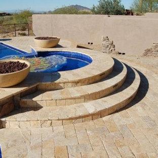 Imagen de piscinas y jacuzzis de estilo americano, grandes, a medida, en patio trasero, con adoquines de piedra natural