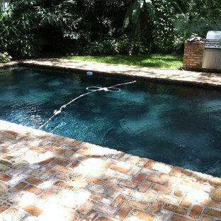 Modelo de piscina exótica, de tamaño medio, a medida, en patio trasero, con adoquines de ladrillo