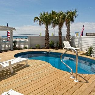 Diseño de piscina costera, pequeña, tipo riñón, en patio trasero, con entablado