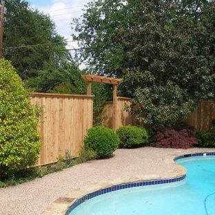 Ejemplo de piscina de tamaño medio, tipo riñón, en patio trasero, con granito descompuesto