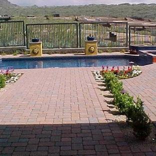 Diseño de piscinas y jacuzzis alargados, tradicionales, de tamaño medio, rectangulares, en patio trasero, con adoquines de ladrillo