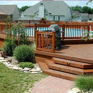 Idées déco pour une piscine sur une terrasse en bois hors-sol et arrière de taille moyenne et ronde.