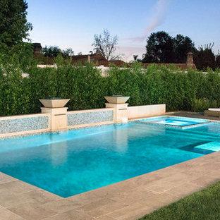 Modelo de piscinas y jacuzzis alargados, vintage, de tamaño medio, rectangulares, en patio trasero, con losas de hormigón