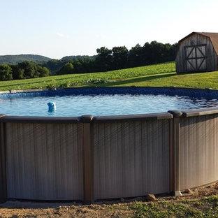 Foto de piscina elevada, rural, pequeña, redondeada, en patio trasero, con gravilla