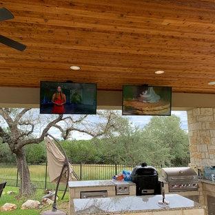 Imagen de casa de la piscina y piscina natural, de estilo americano, de tamaño medio, tipo riñón, en patio trasero, con adoquines de piedra natural