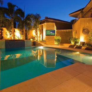Foto de piscinas y jacuzzis alargados, tradicionales renovados, grandes, a medida, en patio trasero