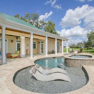Imagen de piscinas y jacuzzis costeros, grandes, a medida, en patio trasero, con adoquines de hormigón