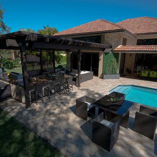 Diseño de piscina natural, clásica, extra grande, rectangular, en patio trasero, con adoquines de piedra natural