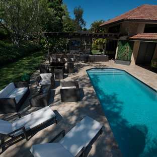 Imagen de piscinas y jacuzzis naturales, tradicionales, extra grandes, rectangulares, en patio trasero, con adoquines de piedra natural