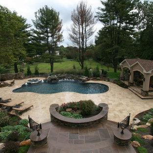 Modelo de piscinas y jacuzzis románticos, grandes, a medida, en patio trasero, con adoquines de piedra natural