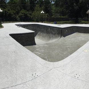 Esempio di una grande piscina monocorsia minimalista personalizzata dietro casa con pedane