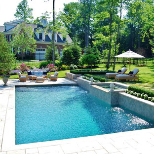 Mittelgroßer Klassischer Pool hinter dem Haus in rechteckiger Form mit Natursteinplatten in New York