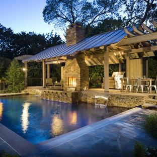 Immagine di una piscina rustica rettangolare con una dépendance a bordo piscina