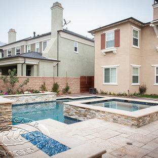 Foto de piscina con fuente moderna, de tamaño medio, en patio trasero, con granito descompuesto