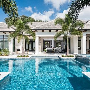 Ispirazione per una piscina monocorsia costiera personalizzata dietro casa con una vasca idromassaggio e piastrelle