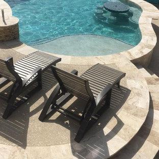 Réalisation d'une piscine naturelle et arrière marine de taille moyenne et sur mesure avec un gravier de granite.
