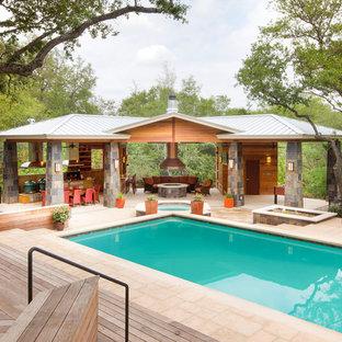 Modelo de casa de la piscina y piscina contemporánea con entablado