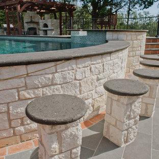Diseño de piscinas y jacuzzis elevados, rústicos, extra grandes, a medida, en patio trasero, con suelo de baldosas