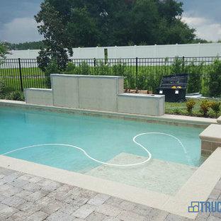 Ejemplo de piscinas y jacuzzis elevados, minimalistas, de tamaño medio, a medida, en patio lateral, con suelo de baldosas