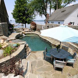 Imagen de piscina con fuente natural, ecléctica, de tamaño medio, a medida, en patio lateral, con adoquines de piedra natural