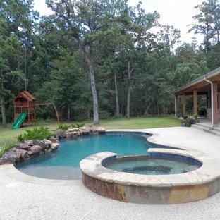 Diseño de piscinas y jacuzzis naturales, rurales, de tamaño medio, a medida, en patio trasero, con suelo de hormigón estampado