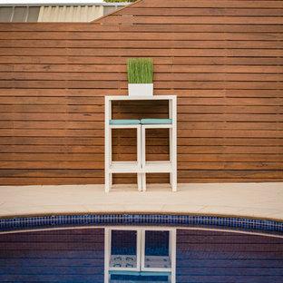 Diseño de piscina contemporánea, grande, en patio trasero, con adoquines de piedra natural