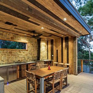 Modelo de casa de la piscina y piscina infinita, contemporánea, de tamaño medio, rectangular, en patio trasero, con suelo de baldosas