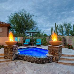 """Idee per una piscina naturale moderna a """"C"""" di medie dimensioni e dietro casa con una vasca idromassaggio e pavimentazioni in pietra naturale"""