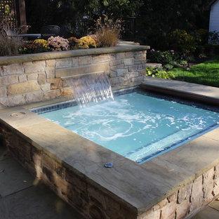 Ejemplo de piscinas y jacuzzis clásicos, pequeños, rectangulares, en patio trasero, con adoquines de hormigón