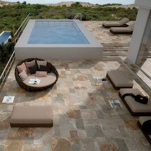 Modelo de piscina elevada, tradicional renovada, de tamaño medio, rectangular, en azotea, con suelo de baldosas