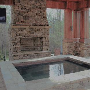 Modelo de piscinas y jacuzzis naturales, de estilo americano, de tamaño medio, rectangulares, en patio trasero, con adoquines de piedra natural